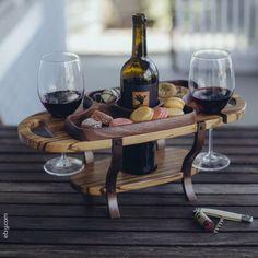 Com uma mesinha dessa, dá pra degustar vinho em qualquer lugar. Que sonho! #vinho #wine #incrível #petiscos #móveisparavinhos #degustaçãoportátil