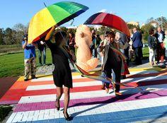 Opening gaybrapad in Vlissingen. Vrouw in piemelpak verstoort opening gaybrapad Vlissingen