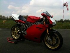 Ducati 996R. The bike I sold to Sydney Hoffman, Sydney Industries. Great guy, great bike. Repinned from my former account, deleted by PinPrudePolice.
