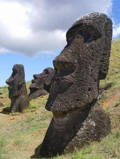 Las cabezas de los Moái de Isla de Pascua tienen cuerpo y brazos esculpidos « El nuevo despertar / the new awakening