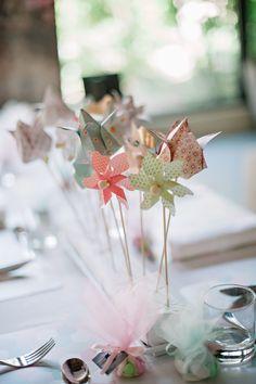 Le vent chaud du sud de la France souffle sur ces moulins à vents, menus cocottes et origamis confectionnés DIY pour ce superbe mariage à la décoration originale et design.