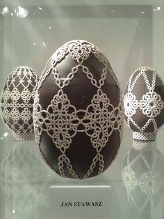 W Muzeum Pomorza środkowego w Słupsku, na jednej z wystaw czasowych, znalazłam pięknie ozdobione frywolitką jaja strusie. Może będzie to dla... Needle Tatting, Tatting Lace, Christmas Holidays, Christmas Bulbs, Decor Crafts, Diy Crafts, Shuttle Tatting Patterns, Easter Crochet, Egg Art