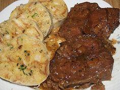 Hovězí maso prošpikujeme, obalíme v provensálském koření, posolíme a opepříme. Vymažeme pekáček sádlem, na dno dáme nakrájenou cibulku a... Food Videos, Pork, Food And Drink, Chicken, Meat, Cooking, Kale Stir Fry, Kitchen, Pork Chops