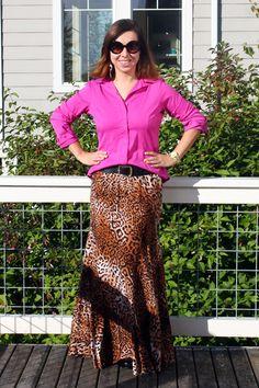 Saia longa de onça com camisa pink para criar um contraste interessante