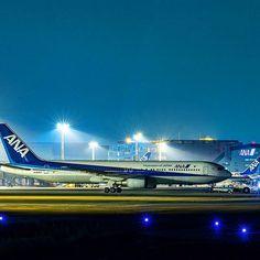 Instagram【b787dl_uotola】さんの写真をピンしています。 《. 夜中にコソーリ 新年も6日。 なのでB6ちゃんが沖留めで佇む夜景を✨ 最近、B6ちゃんのエンジンコーンの形に萌えます . 明朝はネズミーに向かうフォロワーさんが搭乗する機をお見送り狙撃してきま~す ではオヤスミナサーイ . ⏰今年残り360日98.6% RJOO/ITM,Osaka,Japan Lightroom現像 ────────────────────── #飛行機倶楽部 #飛行機好きな人と繋がりたい #飛行機のある風景 #ウイングレット欲しい #aviation #airplane #planelovers #instaplanelovers #instaaviation  #instagramaviation #plane #planephotography #ig_airplane_club #airplane_pics #aviationpics #aviationtopia #ig_airplane #aviation_is_our_life #aviationdaily…