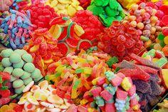 Dzisiaj przedstawiamy pomysł na zabawę dla dzieci. Można ją wykorzystać podczas urodzin naszego smyka, lub w nudne, szare, zimowe popołudnia. Do tej zabawy potrzebna jest taca i kolorowe, drobne słodycze. Dzięki tej zabawie uśmiech  na twarzach dzieci na pewno szybko nie zniknie. Jeżeli nie chcesz, aby Twoje dziecko jadło słodycze, możesz je zamienić na suszone owoce i orzeszki.