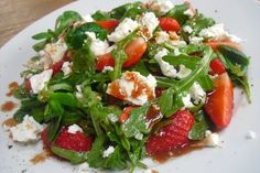 Feldsalat mit Rucola, Feta und Erdbeeren mit Erdbeervinaigrette