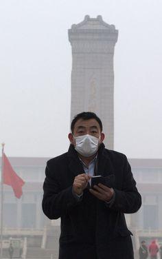 Kotini ikkunasta näkyy yleensä Pekingin korkein rakennus, China World -torni. Keskiviikkoaamuna sen paikalla oli harmaata mössöä. Sankka savusumu oli peittänyt tornin kokonaan. Yleensä siitä erottuvat huonoinakin päivinä edes ääriviivat. Saastepilvi on noin viikon ajan verhonnut Kiinan koillisosia tavallista sankempana.