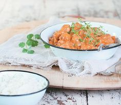 4 servings a big dollop of butter 600 g chicken breasts, cubed ml South African Recipes, Indian Food Recipes, Ethnic Recipes, Butter Chicken, Fried Chicken, Dinner Recipes, Yummy Recipes, Recipies, Tinned Tomatoes