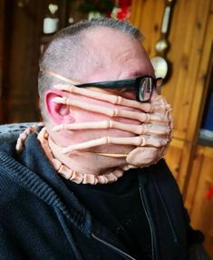 Using a 'Alien' Facehugger As a Protective Face Mask Scary Faces, Funny Faces, Diy Mask, Diy Face Mask, Face Masks, Halloween Face Mask, Morbider Humor, Cosplay Weapons, Cosplay Costumes