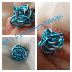 Edler Ring aus Aluminiumdraht in schönem türkis bicolor.Der Draht windet sich um eine Metallscheibe.Größe12Verwendete MaterialienAluminiumdraht 2 mm(die Far