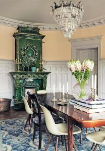comedor-estilo-nordico-lampara-cristales-antigua-chimenea-esmaltada-verde