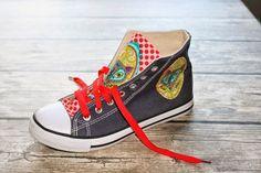"""Ihr wolltet es, und nun bekommt ihr es! ;-) Ein kurzes Tutorial, wie man """"langweilige"""" Canvas Schuhe (manchen besser bekannt unter dem Namen Chucks) ganz einfach aufpimpen und individualisierenkann."""