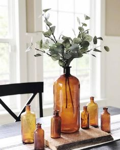 western home decor Dining room tablescape with vintage amber bottles in preparation for Fall Quirky Home Decor, Fall Home Decor, Autumn Home, Cheap Home Decor, Brown Glass Bottles, Amber Bottles, Antique Bottles, Vintage Bottles, Deco Floral
