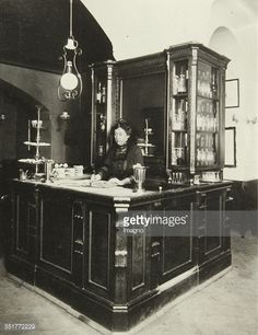 Café Eckl in Vienna. Female cashier in a Viennese coffee house. (Photo by Imagno/Getty Images) World Theatre, Interior Design History, High Street Shops, Vintage Bar, Vienna Austria, Historical Architecture, Stage Design, House Music, Old Pictures