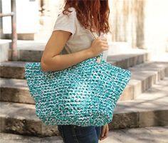 Paso a paso para hacer este capazo con asas de cordón de algodón. Bag Crochet, Crochet Clutch, Crochet Purses, Love Crochet, Learn To Crochet, T Shirt Yarn, T Shirt Diy, Cotton Cord, Crochet T Shirts