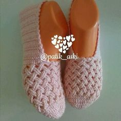 Find and save knitting and crochet schemas, simple recipes, and other ideas collected with love. Crochet Slipper Pattern, Crochet Slippers, Knit Crochet, Knit Shoes, Sock Shoes, Felted Slippers, Soft Slippers, Shoe Pattern, Knitting Accessories