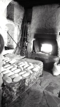 Woman from Olymbos baking homemade spinach pies (kopeles) in a traditional oven in Karpathos Mykonos Island, Mykonos Greece, Athens Greece, Japanese Restaurant Interior, Wood Cafe, Old Time Photos, Greece Pictures, Karpathos, Greek House