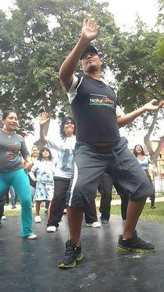 El profesor de baile guiando los pasos de festejo a las mamis.