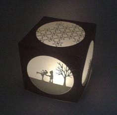 Heute zeige ich euch die große Variante meines Leucht-Würfels (kleine Variante siehe hier). Der Große misst 10 x 10 cm. Für die Dekoration kamen die wunderschönen Panorama-Stanzen von Charlie und P…