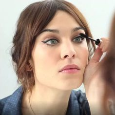 Alexa Chung is Queen of Beauty - Period. French Girl Style, French Girls, Beauty Makeup, Hair Makeup, Hair Beauty, Women's Beauty, Fashion Beauty, Alexa Chung Makeup, Parisian Makeup