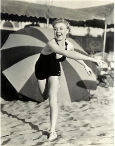 Ginger Rogers having fun at a California beach in 1934 Hollywood Icons, Golden Age Of Hollywood, Hollywood Glamour, Hollywood Stars, Classic Hollywood, Old Hollywood, Hollywood Beach, Hollywood Boulevard, Ginger Rogers