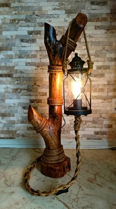 Abajur rústico feito com tronco, luminária de jardim e corda de sisal. (Meu Pr… Rustic lamp made with trunk, garden lamp and sisal rope. (My first solo work in wood) Driftwood Lamp, Driftwood Crafts, Rustic Lamps, Rustic Lighting, Log Furniture, Wooden Lamp, Flower Decorations, Wood Projects, Diy Home Decor