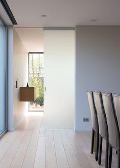 Glazen schuifdeur in gezuurd (geëtst) glas uitgevoerd met aluminium bovenrail. Zonder vloergeleiding...
