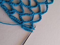 urobíme 7 alebo 9 RO (o dve menej, ako vo zvyšku riadku) a do posledného oblúčika predchádzajúceho riadku urobíme KS Crochet Slipper Pattern, Crochet Slippers, Market Bag, Textiles, Crochet Necklace, Projects To Try, Handmade, Jewelry, Crochet Pouch
