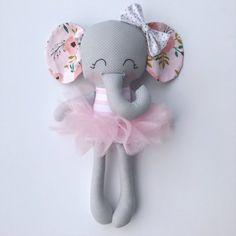 ¡Esta muñeca de elefante se hace con amor! Ella es cerca de 15 pulgadas altas y hechas de telas de algodón de alta calidad y accesorios fieltro de lana mezcla. Su rostro es bordado a mano. Su atuendo consiste en un tutú rosado extraíble. Trajes extras pueden adquirirse para