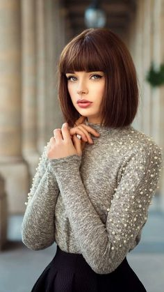 Marie Grippon ideal brunette red i need Bob Hairstyles With Bangs, Short Hair With Bangs, Short Hair Cuts, Fringe Hairstyles, Haircuts, Dark Hair, Blue Hair, Medium Hair Styles, Short Hair Styles