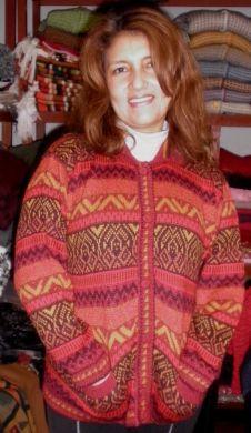 Knöpfbare rote #Damen #Strickjacke aus #Alpakawolle. In allen Größen lieferbar.  Die Jacke ist aus samtweicher Alpakawolle gefertigt Eine wunderschön elegantes Modell aus den besten Materialien.  Die Alpakawolle, zaehlt zu den kostbarsten Wollsorten weltweit.  Ein Hochgenuss wenn Sie edle Stoffe und Materialien lieben.