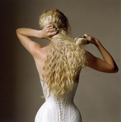 Model: Kirsty Hume Photographer: Irving Penn Vogue US October 1997 Irving Penn, My Hairstyle, Cool Hairstyles, New Hair, Your Hair, Kirsty Hume, Mary Ellen Mark, Ellen Von Unwerth, Annie Leibovitz