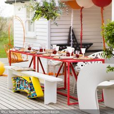 Eine bunte Gartenparty kann man auf dieser sommerlichen Terrasse feiern. Hier folgt ein Hingucker auf den nächsten: der rote Tisch, der orangefarbene Hängestuhl,…