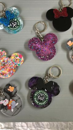 Diy Resin Projects, Diy Resin Art, Diy Resin Crafts, Handmade Crafts, Diy Resin Keychain, Acrylic Keychains, Disney Diy, Disney Crafts, Diy Resin Crystals