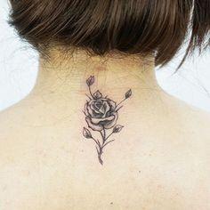 Tatuagem de Rosa na nuca - discreta.