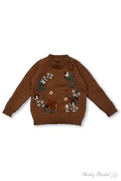 This unique kids sweater is knitted from our signature merino and has a comfortable raglan closure.The HAND embroidered wreath has the sweetest elements of mushrooms, pine branches, a little snail and… Kids Fashion Boy, Little Girl Fashion, Cable Knitting Patterns, Hand Knitting, Cute Sweaters, Baby Sweaters, Caramel Baby, Baby Size, Snail