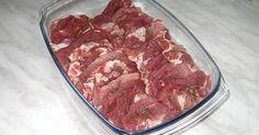 Karkówkę należy pokroić na średniej grubości plastry (ok. 1 cm), następnie rozbić nie za mocno tłuczkiem. Rozbite mięso posypać solą i pieprzem z dwóch stron. Ułożyć mięso dachówkowato w naczyniu żaroodpornym. Wymieszać śmietanę z zupami cebulowymi w proszku i zalać ułożone w naczyniu mięso. Zapiekać w odkrytym naczyniu w nagrzanym