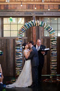 Mariée devant arche de livre, mariage littérature