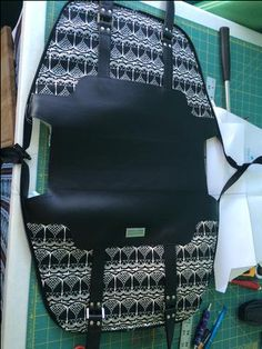 I& had a few questions regarding the zipper required for the Boronia Bowler bag. The pattern calls for a double pull handbag zipper but realizing that not Diy Bags Purses, Diy Purse, Handmade Handbags, Handmade Bags, Next Purses, Leather Bag Tutorial, Handbag Tutorial, How To Make Purses, Bowling Bags