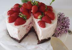 Kesäinen mansikkajuustokakku - At Maria's Strawberry Cheesecake, Baking, Sweet, Desserts, Food, Bread Making, Tailgate Desserts, Deserts, Patisserie