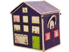 Spielzeugkörbe in Hochhausform von RICE Dänemark. Diese drei Hochhäuser aus Bast haben ein aufklappbares Dach um alle Spielsachen schnell zu verstauen.