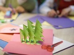 Weihnachtskarte mit aufklappbaren Tannenbäumen