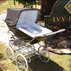 amazing Silver Cross Kensington pram from the 'Heritage Collection'. How beautiful is this? Vintage Stroller, Vintage Pram, Pram Stroller, Baby Strollers, Baby Kind, Baby Love, Maclaren Pushchair, Best Prams, Silver Cross Prams
