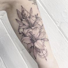 Lilly Tattoo Design, Mom Tattoo Designs, Abstract Tattoo Designs, Floral Tattoo Design, Tiger Lily Tattoos, Lily Flower Tattoos, Lily Tattoo Sleeve, Sleeve Tattoos, Leg Tattoos