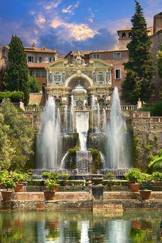 Wer nach Rom fährt, sollte nicht nur die Zeit für die Stadt einplanen, sondern unbedingt die Umgebung erkunden. Dort warten: gute Weine, Seen und das Meer.