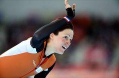 Jorien ter Mors verovert olympisch goud op de 1500 meter. Ireen Wüst pakt zilver en Lotte van Beek verovert brons.