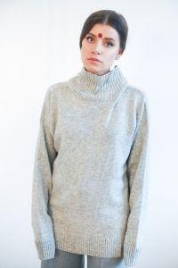 Самый уютный свитер в мире. Удлинённая модель со спущеннымплечом. Высокий ворот не прилегает к шее. Разрезы по бокам.Длинные рукава.  Состав:95% кашемир