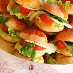 Minik sandviç ekmeği Malzemeler: Yaklasik 5-6 su bardagi un 1 su bardağı süt 2 adet yumurta (1 tanesinin sarısı üstü Pita Recipes, Sandwich Recipes, Turkish Coffee Cups, How To Make Pizza, Instant Yeast, Pizza Dough, Salmon Burgers, Sandwiches, Good Food