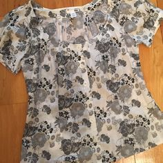 Floral top Floral top. Belt loops with removable ribbon. Says US size 12 but fits as a medium. H&M Tops Tees - Short Sleeve